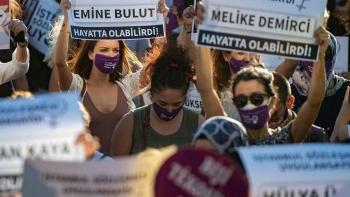 متظاهرون من أجل منع العنف ضد المرأة