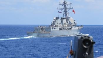 سفينة تركية ترفع علم تركيا والولايات المتحدة الأمريكية