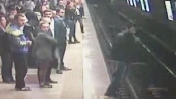 مواطن تركي يلقي بنفسه في محطة مترو تقسيم
