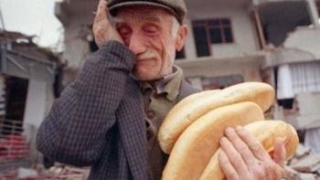 عجوز تركي يبكي بسبب انهيار الأوضاع الاقتصادية