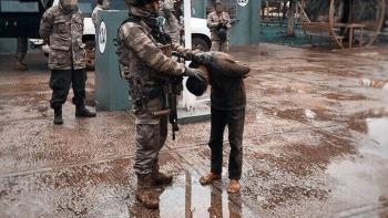 جندي تركي يعتدي على طفل كردي
