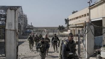 قوات عراقية تدخل مطار الموصل بعد تحريره من قبضة داعش - فبراير 2017