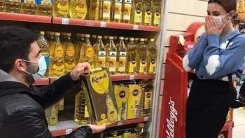 شاب يتقدم لفتاة بزجاجة زيت بدلًا من خاتم