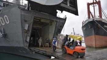 صور للمساعدات من الميناء