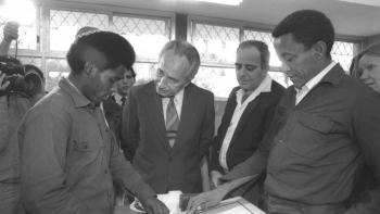 شيمون بيريز مع أحد اليهود الإثيوبيين في إسرائيل، 1985