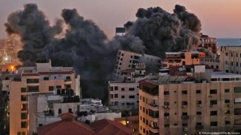 انهيار عقار سكني في غزة بعد قصفه من إسرائيل