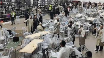 المصلين يهرعون إلى بر الأمان بعد انهيار مدرجات كنيس يهودي