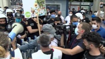 الشرطة التركية تعتدي على مسيرة للمواطنين الأتراك