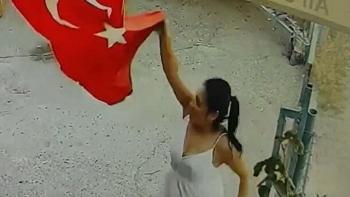 سيدة تركية تحمل العلم التركي