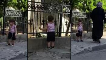 سيدة تركية تجول طفل بالحبل