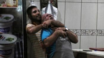 عامل يهدد مديره بالسكين