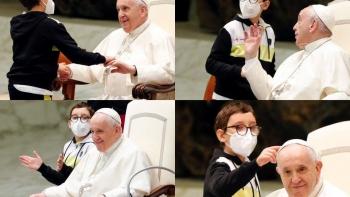 صبيً يحاول أخذ قلنسوة البابا
