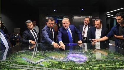 بالصور.. رئيس بلدية إسطنبول يزور نادي باشاك التركي