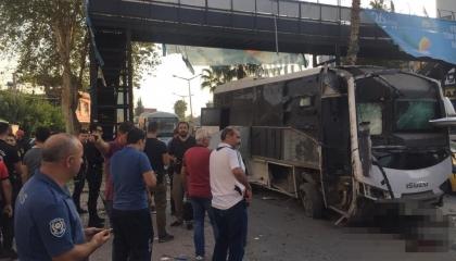 هجوم على إحدى حافلات الشرطة التركية في مدينة أضنة وإصابة ضابط و4 مدنيين