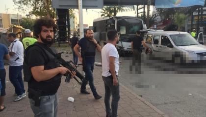 استهداف حافلة للشرطة التركية في مدينة أضنة وإصابة ضابط و4 مدنيين