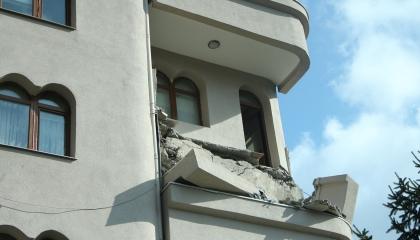 تضرر 2000 منزل في 5 محافظات تركية جراء زلزال بحر مرمرة