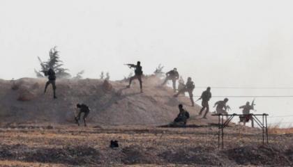 بالفيديو.. جنود أتراك يهينون أسراهم بالوقوف فوق أجسادهم: الله أكبر يا خنزير