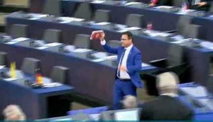 بالفيديو.. نائب إيطالي يلقي الشوكولاتة التركية على أرضية البرلمان الأوروبي