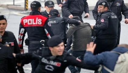 بالفيديو.. شرطة أردوغان تعتقل محتجين على هدم مركز لتعليم القرآن