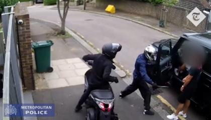 بالفيديو.. لصان يهاجمان مسعود أوزيل بسلاح أبيض في شوارع لندن