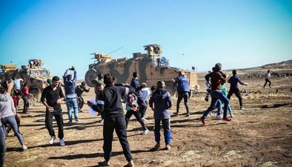 بالفيديو.. مدرعة تركية تدهس سوريًا خلال مظاهرات ضد الاحتلال بالمالكية