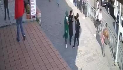 صفع امرأة بشوارع إسطنبول بسبب الحجاب يثير ضجة على السوشيال ميديا.. «فيديو»