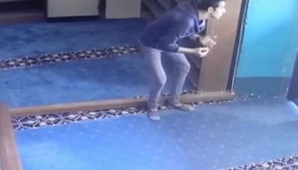 بالفيديو.. «حرامية مؤمنون».. لصان يسرقان مسجدًا في تركيا بعد أدائهما الصلاة