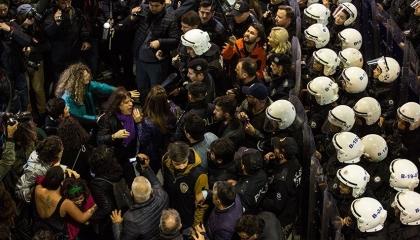 بالصور: الشرطة التركية تعتدي على مسيرات التنديد بالعنف ضد المرأة