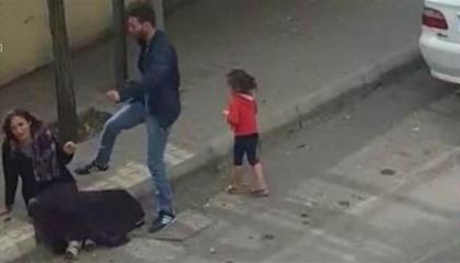 إهانة نساء تركيا في عصر أردوغان.. صفع وضرب امرأة بشوارع غازي عنتاب (فيديو)