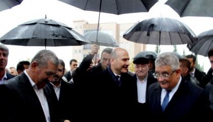 هطل المطر عند حديثه.. وزير الداخلية التركي: كلما أتحدث تحل البركة