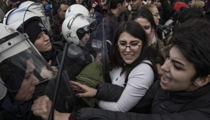 فيديوجراف: الشرطة التركية تضرب المتظاهرات ضد العنف والاعتداءات الجنسية