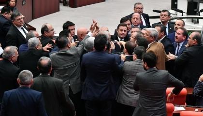 فيديوجراف.. خناقة في البرلمان التركي بعد وصف حديث المعارضة بـ«نهيق الحمير»
