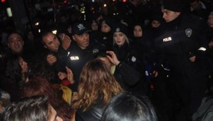 بالفيديو.. شرطة أردوغان تعتدي على تظاهرة نسائية «راقصة» في قلب أنقرة