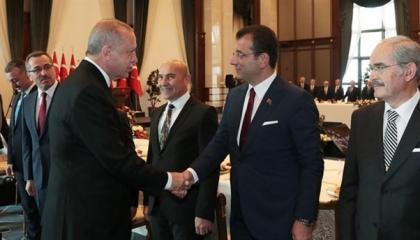 ماذا طلب رئيس بلدية إسطنبول من أردوغان أثناء حضورهما مراسم جنازة؟