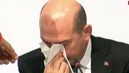 وزير الداخلية التركي ينزف دمًا من أنفه أثناء البث المباشر