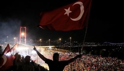 كاتب تركي: رائحة انقلاب جديد تملأ الهواء في البلاد