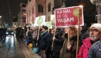 بالصور.. أتراك يحتجون ضد  مشروع قناة إسطنبول أمام «أوبرا كاديكوي»