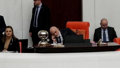 طَلَبَ من رئيس البرلمان السيطرة على «دوشة النواب» فوجده يتحدث في الهاتف