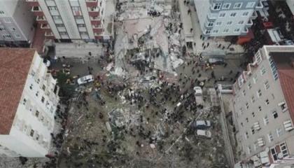 انهيار مبنى سكني بأسطنبول وفرق الانقاذ تبحث عن مفقودين تحت الأنقاض