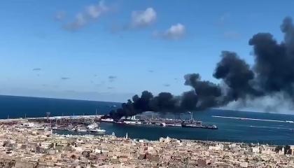 الجيش الليبي يضرب سفينة تركية محملة بالأسلحة في ميناء طرابلس