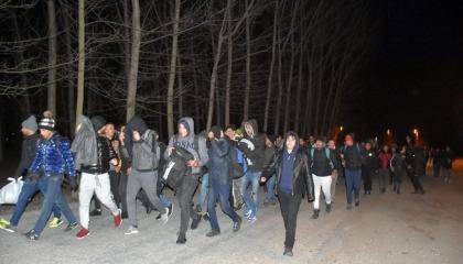 بالفيديو.. تركيا تفتح حدودها مع أوروبا أمام مئات اللاجئين بعد هجوم إدلب