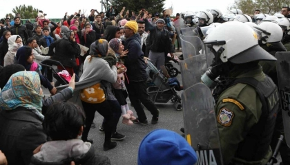 الشرطة اليونانية تطلق الغاز على المهاجرين عند حدودها مع تركيا