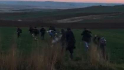بالفيديو.. القوات التركية تنقل السوريين لليونان.. وأتراك يهينونهم: بهائم