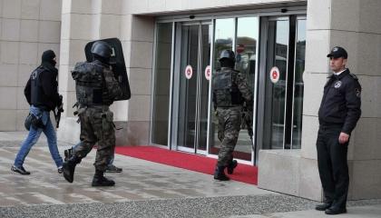 بالفيديو: لحظة مداهمة واقتحام الشرطة التركية مقر الوكالة الروسية بإسطنبول