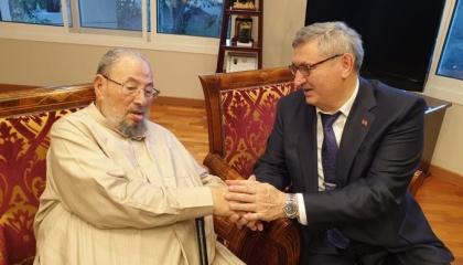 سفير تركيا بقطر يزور القرضاوي ويهديه كتب مستشار أردوغان