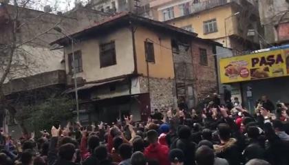 فيديو..بعد الهجوم على منازلهم.. سوري: مأساتنا بتركيا لم نشهد مثلها في سوريا