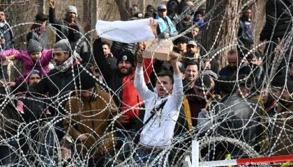 أنقرة تعتقل 9 صحفيين أجانب بسبب تغطيتهم لمأساة اللاجئين على الحدود التركية