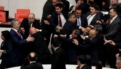 بالفيديو.. مشاجرة عنيفة في البرلمان التركي بعد وصف أردوغان بـ«الشيطان»