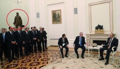وزراء أردوغان يصطفون بموسكو تحت تمثال امبراطورة هزمت العثمانيين 11 مرة