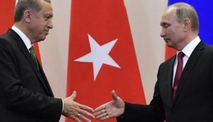 بالفيديو: إذلال أردوغان على باب بوتين.. انتظر كما لو كان موظفًا صغيرًا
